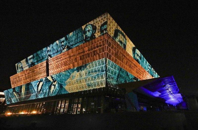 Videomapping sulla facciata del Museo nazionale della storia e della cultura afro-americana di Washington