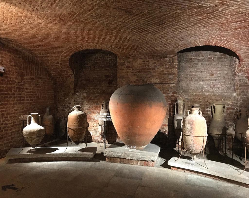 Illuminazione di alcuni recipienti e vasi del Museo Martini sullaenologia