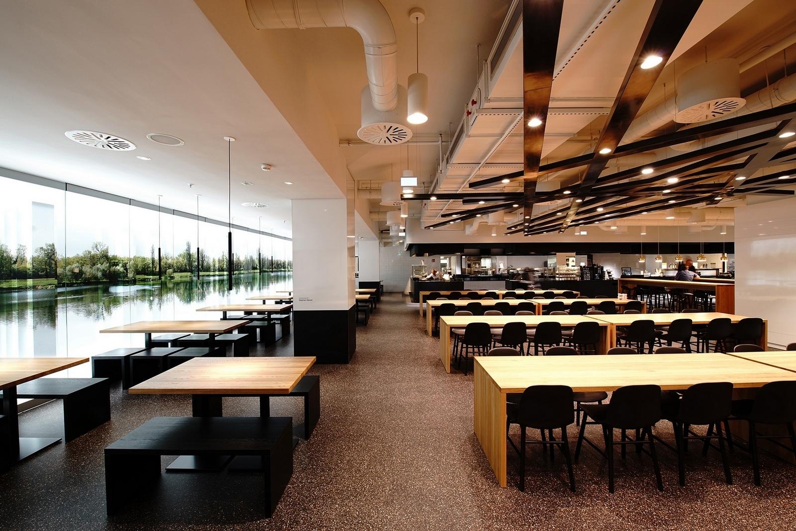 Il progetto Human Centric Lighting di LKL: la sala della caffetteria di Dusseldorf con finestra panoramica e illuminazione artificiale dinamica