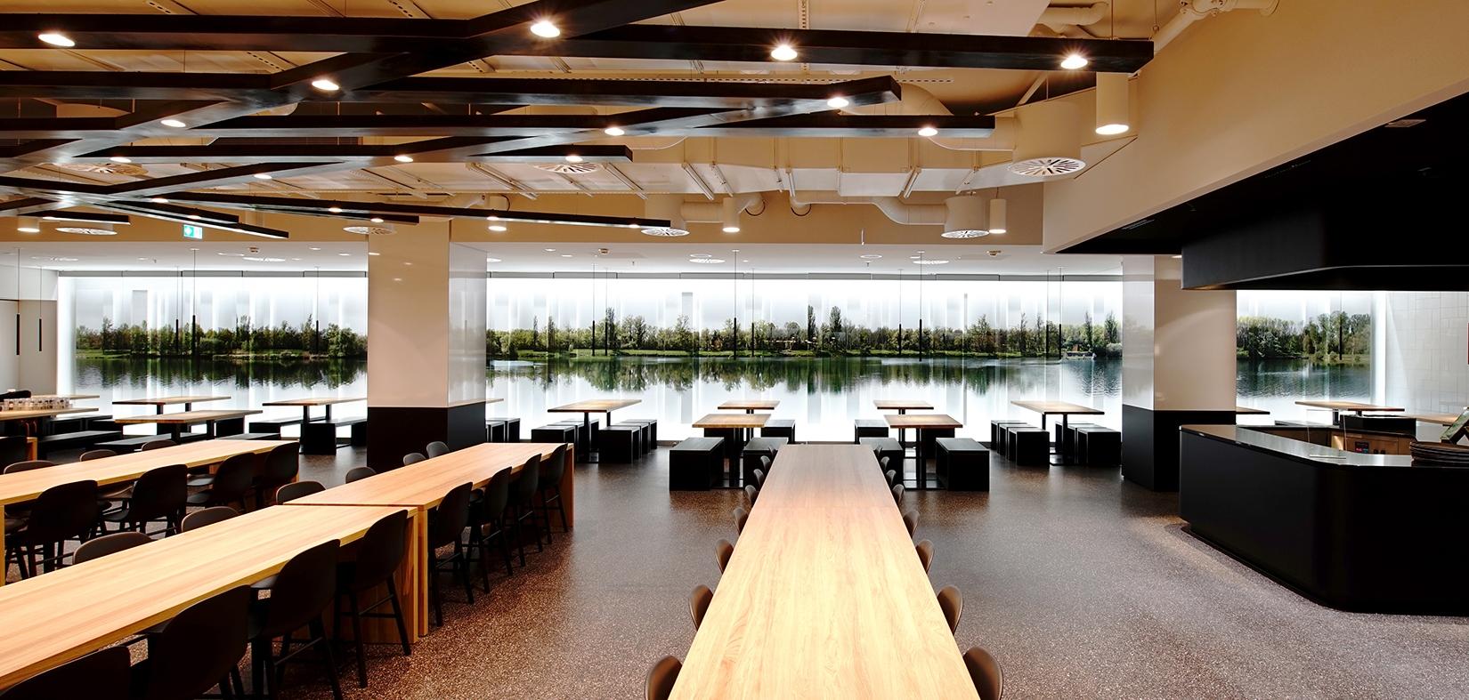 Il progetto Human Centric Lighting di LKL: la sala della caffetteria di Dusseldorf con finestra panoramica e illuminazione artificiale dinamica - visione panoramica