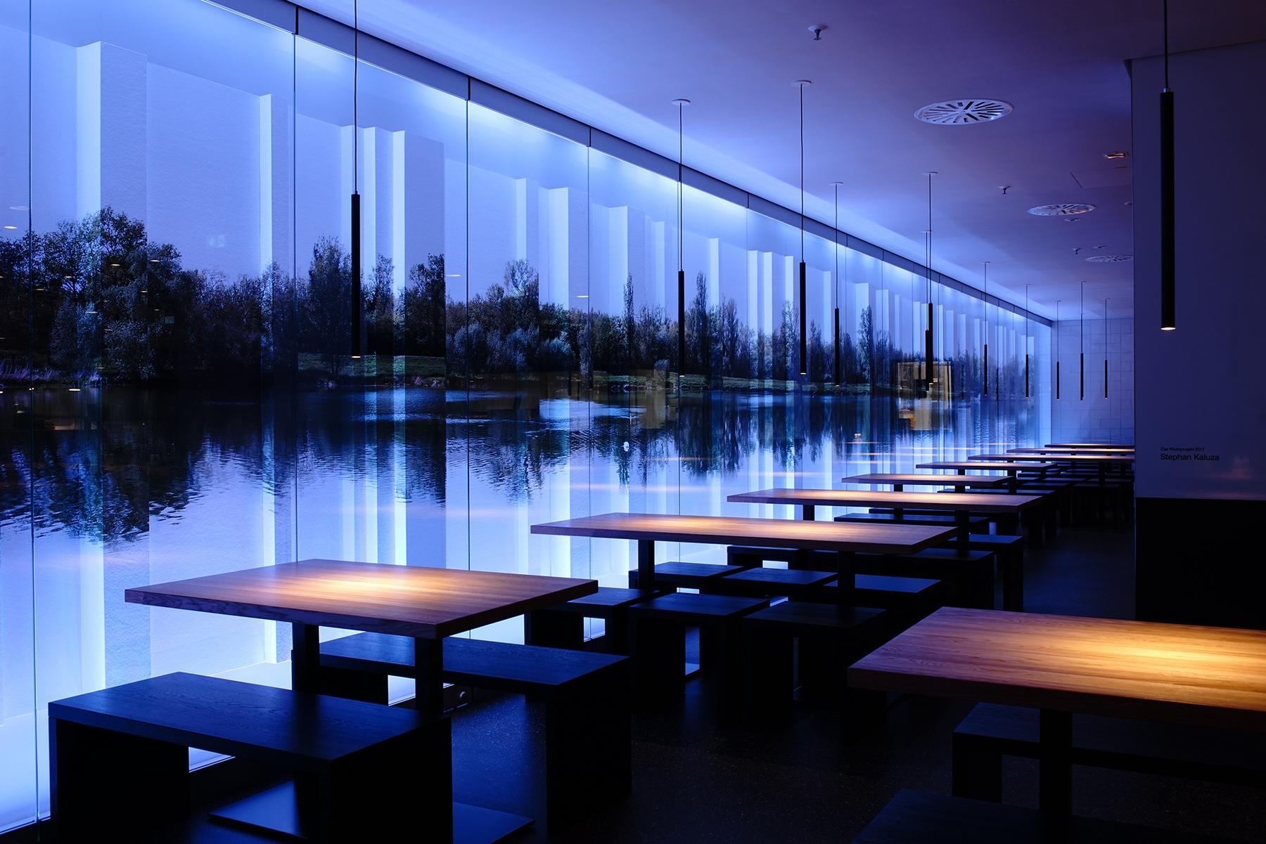 Il progetto Human Centric Lighting di LKL: la sala della caffetteria di Dusseldorf con finestra panoramica e illuminazione artificiale dinamica - versione serale (blu)
