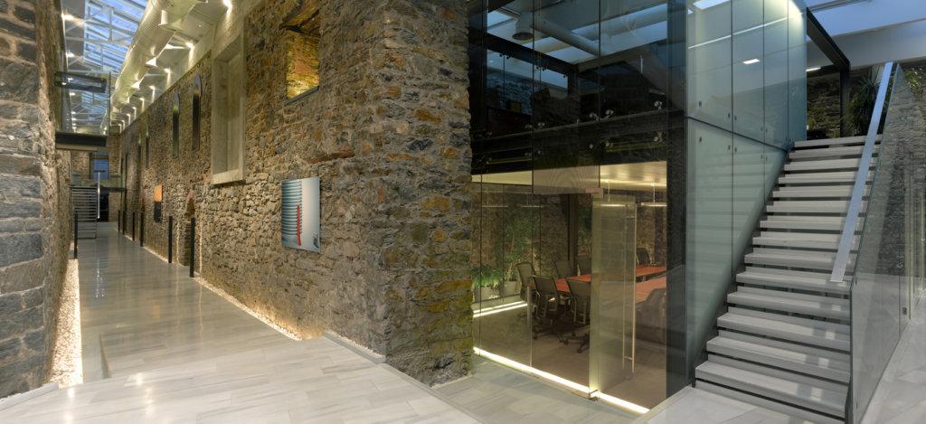 Illuminazione interna (sala e corridoio) della antica agenzia DDB a Istanbul