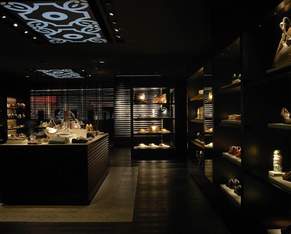 Un negozio di abbigliamento con contrasto di luci e ombre
