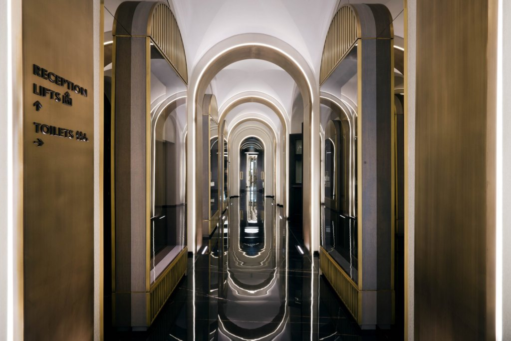 La galleria dell'Hotel Pantheon a Roma illuminata perfettamente dallo studio Marco Piva