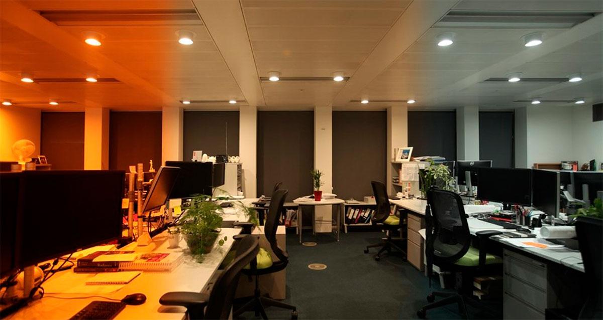 Ufficio illuminato da luci colorate