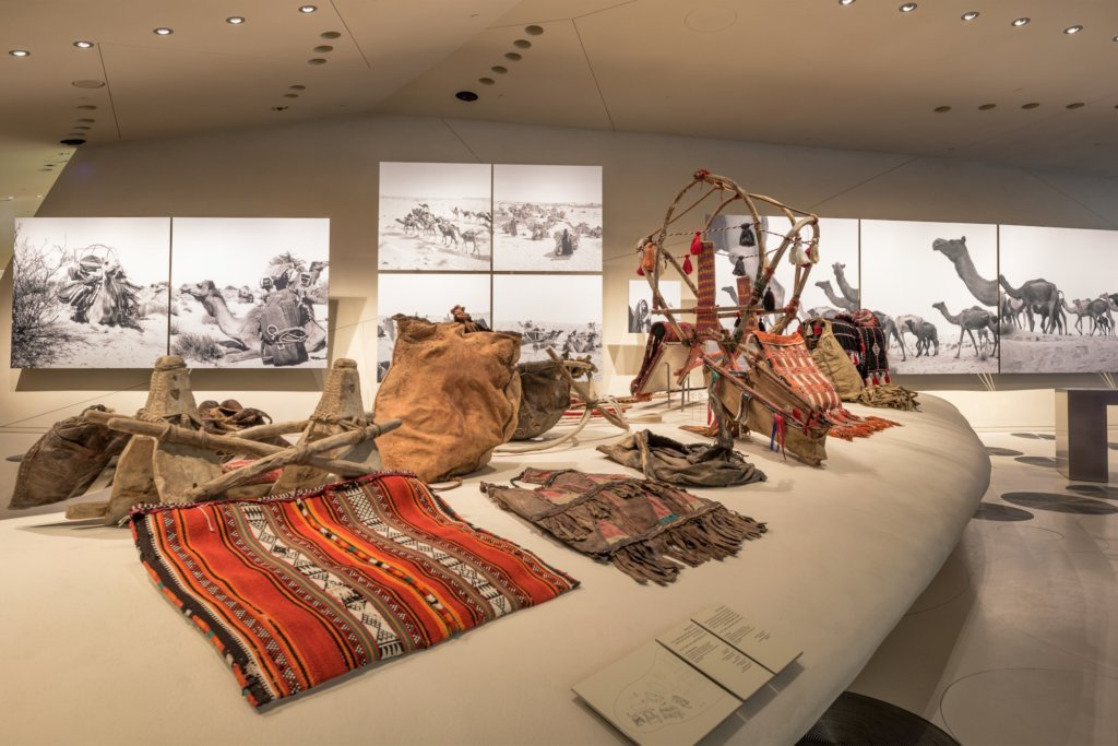 stanza del museo con oggetti