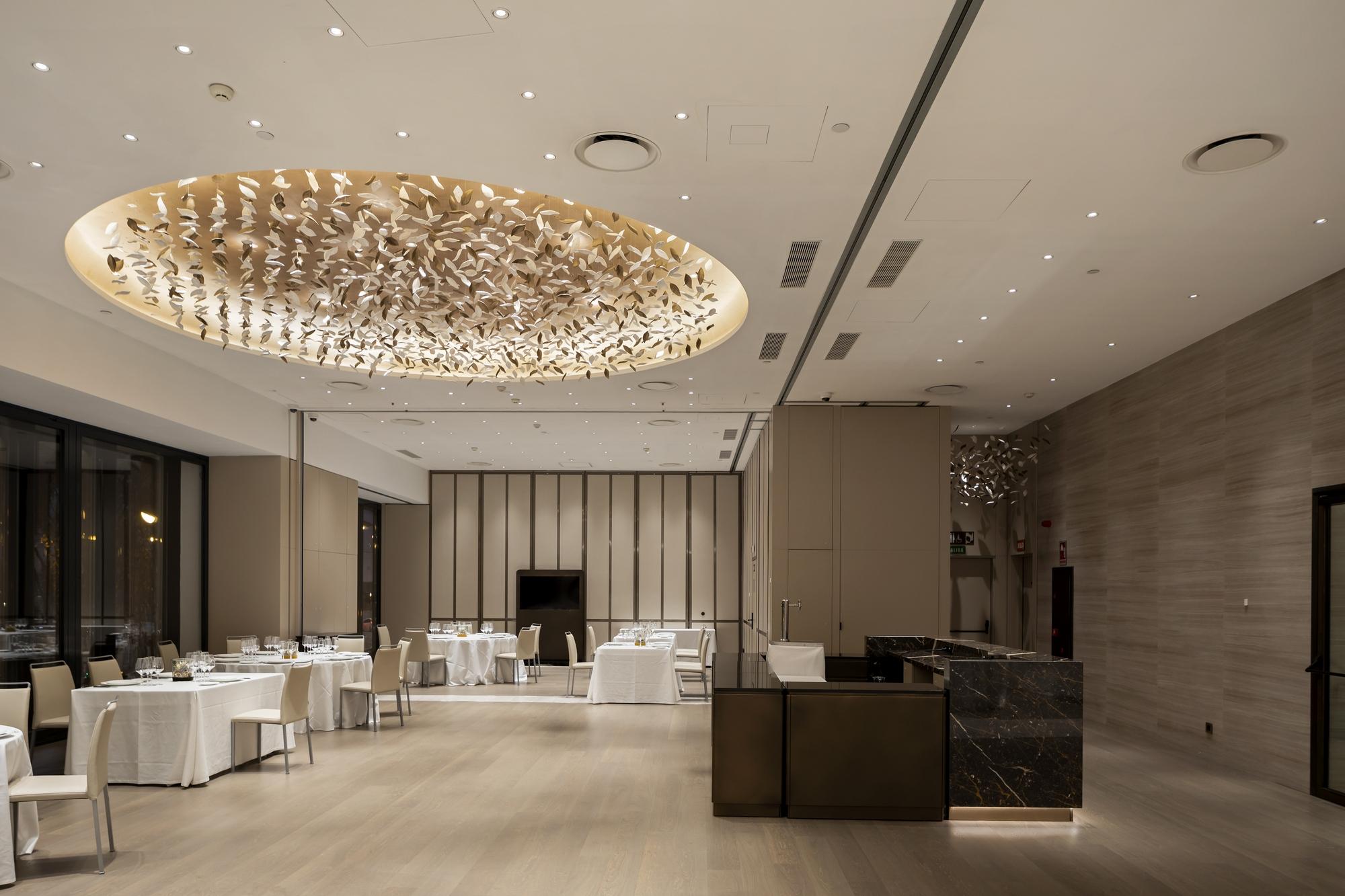 sala di un hotel illuminata