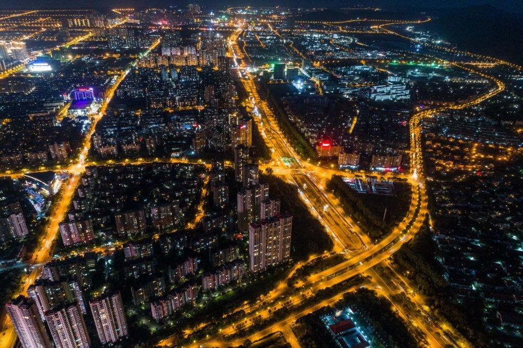 foto notturna di città con luci dall'alto